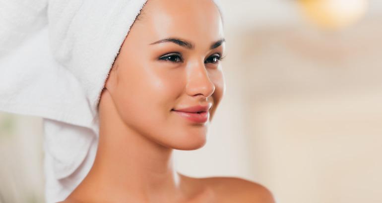 Jakie zabiegi kosmetyczne można wykonać, by dodać skórze blasku